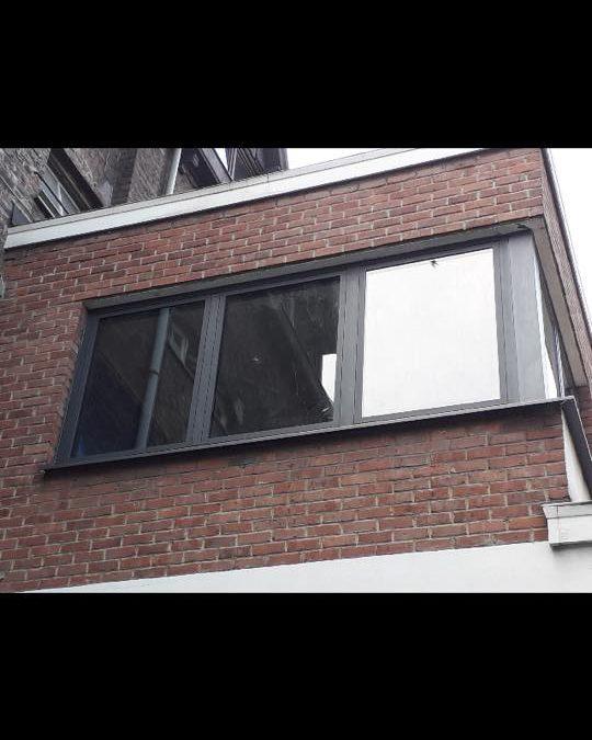 Châssis en aluminium sur une fenêtre en coin à Liège RAL 7016