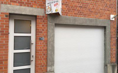 Volet électrique et porte vitrée sablée aux bords clairs à Liège